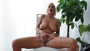 Mature model Roxana Hanova pleasures her tits and wet pussy